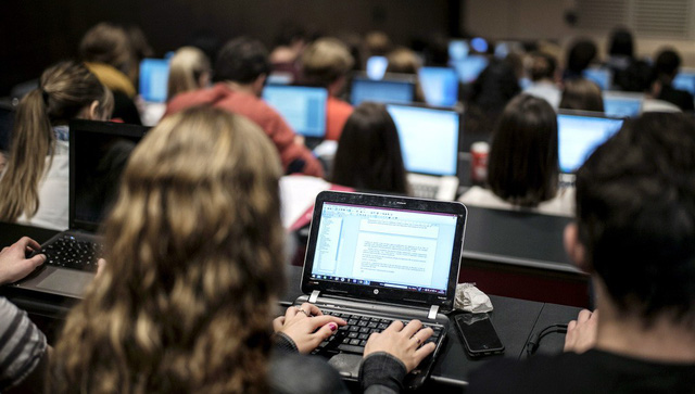 Đại học Mỹ bắt đầu buộc chép bài trên giảng đường