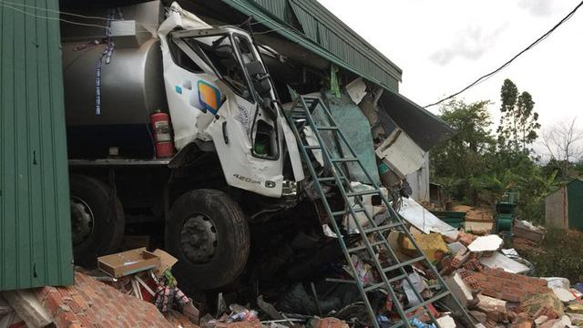 Xe bồn chở dầu xuyên thủng nhà dân, thiệt hại tài sản gần 1 tỷ đồng 1