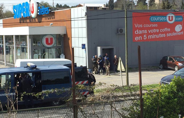 Bắn chết tay súng giết 3 người, giữ nhiều con tin trong siêu thị - Ảnh 2.