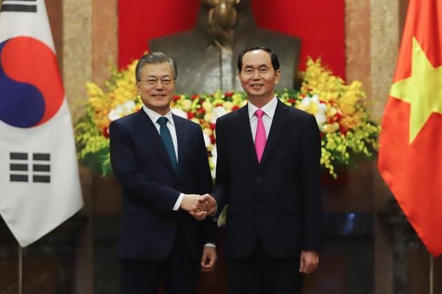 Tổng thống Hàn Quốc hứa đảm bảo quyền lợi cho cô dâu Việt - Ảnh 1.