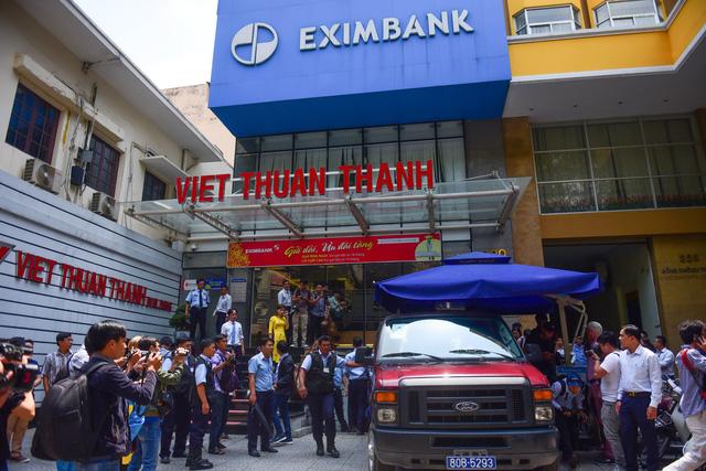 Công an khám xét chi nhánh Eximbank TP.HCM - Ảnh 3.