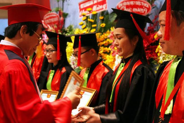 Lãnh đạo Trường ĐH Y dược TP.HCM khen thưởng các học viên có thành tích tốt trong học tập tại lễ tốt nghiệp sáng 29-3 - Ảnh: TRẦN HUỲNH