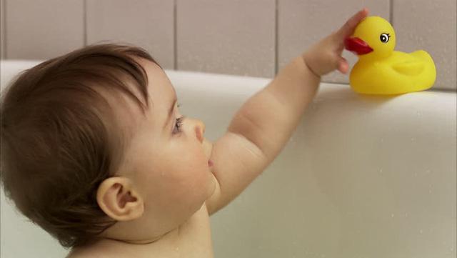 Những con vịt tắm đồ chơi, coi chừng thành ổ vi khuẩn  - Ảnh 2.