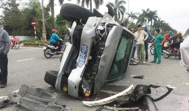 Ba người trên xe biển xanh bỏ đi sau tai nạn với xe bác sĩ - Ảnh 1.