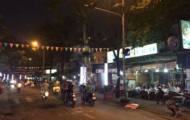 Phố ẩm thực Vĩnh Khánh nhộn nhịp ngày cuối tuần - Ảnh 2.
