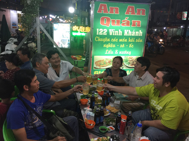 Phố ẩm thực Vĩnh Khánh nhộn nhịp ngày cuối tuần - Ảnh 4.