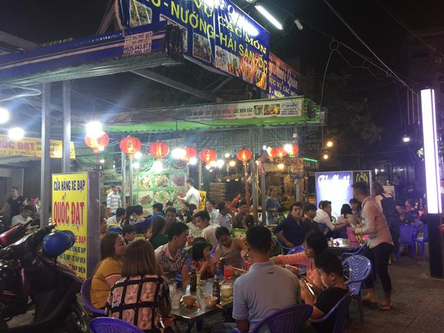 Phố ẩm thực Vĩnh Khánh nhộn nhịp ngày cuối tuần - Ảnh 1.
