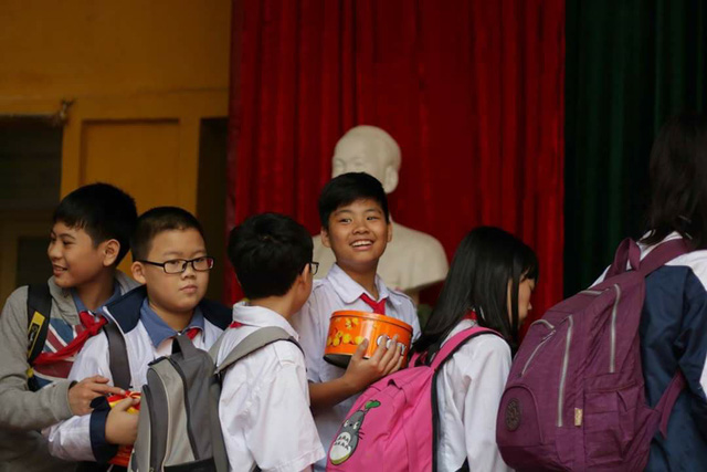 Gom bánh kẹo chưa dùng sau tết tặng trẻ em nghèo - Ảnh 2.
