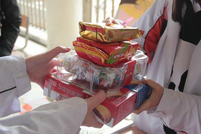 Gom bánh kẹo chưa dùng sau tết tặng trẻ em nghèo - Ảnh 1.