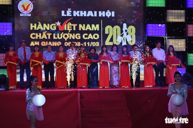 Hội chợ Hàng Việt Nam chất lượng cao khai mạc ở Long Xuyên - Ảnh 1.