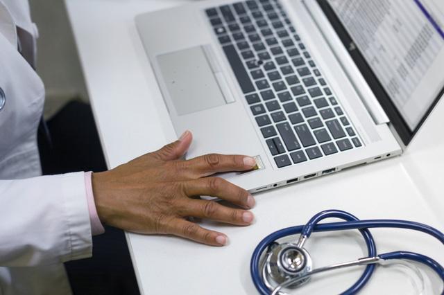 HP ra mắt máy tính có khả năng chống vi khuẩn cho bệnh viện - Ảnh 1.