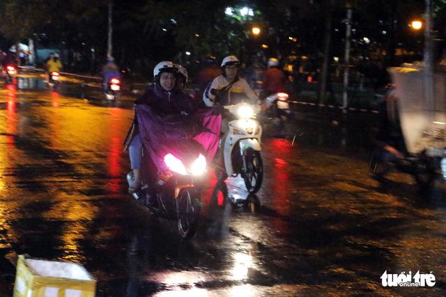 Sài Gòn mưa dông trái mùa, giàn giáo sập đè bể xe Audi - Ảnh 6.