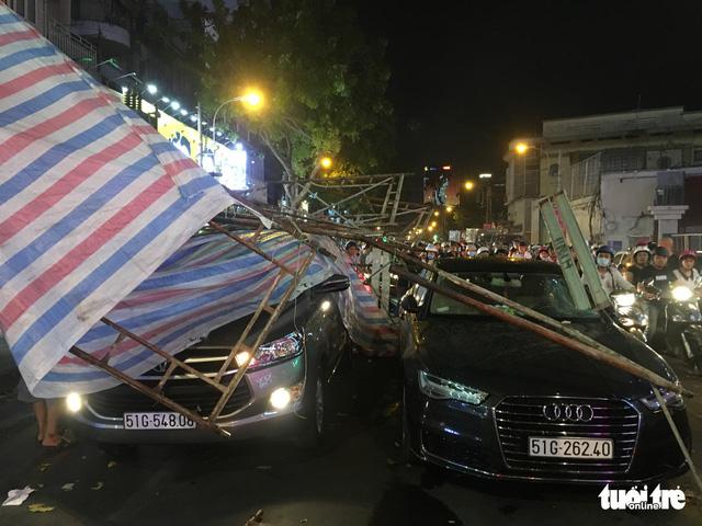 Sài Gòn mưa dông trái mùa, giàn giáo sập đè bể xe Audi - Ảnh 2.