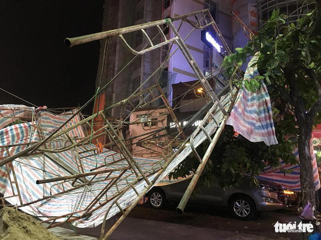 Sài Gòn mưa dông trái mùa, giàn giáo sập đè bể xe Audi - Ảnh 3.