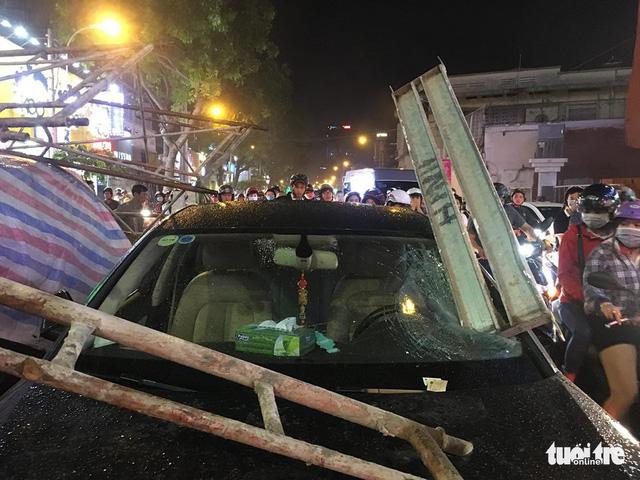 Sài Gòn mưa dông trái mùa, giàn giáo sập đè bể xe Audi - Ảnh 4.