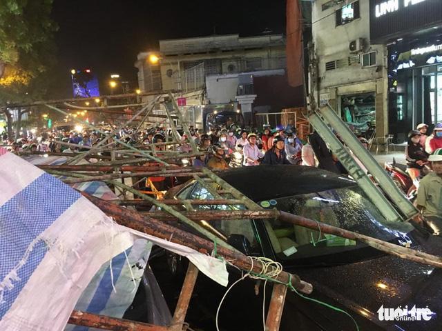Sài Gòn mưa dông trái mùa, giàn giáo sập đè bể xe Audi - Ảnh 5.
