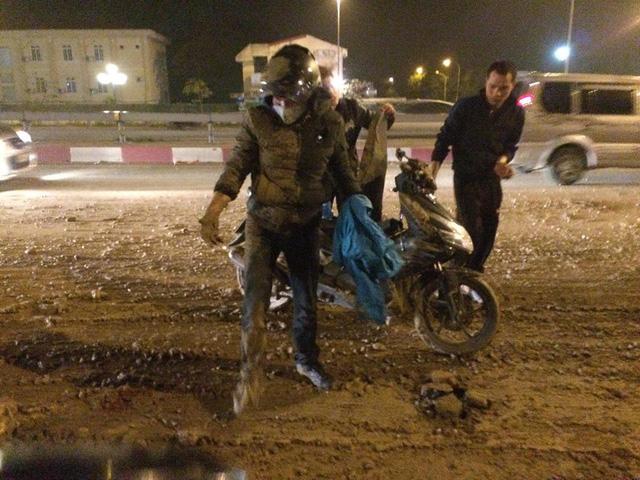 Ôtô chở đất vương vãi ra đường, hơn chục xe máy gặp nạn - Ảnh 1.