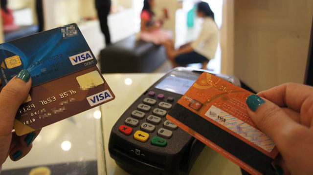 Coi chừng giả nhân viên ngân hàng mời mở thẻ lừa tiền - Ảnh 1.