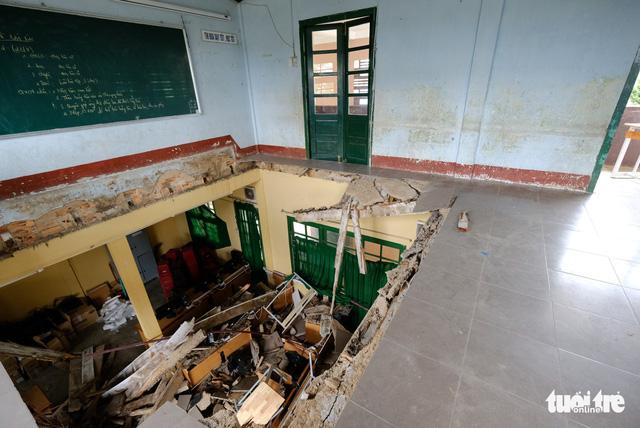 Cảnh cáo hiệu trưởng vụ sập phòng học làm 11 học sinh bị thương - Ảnh 1.