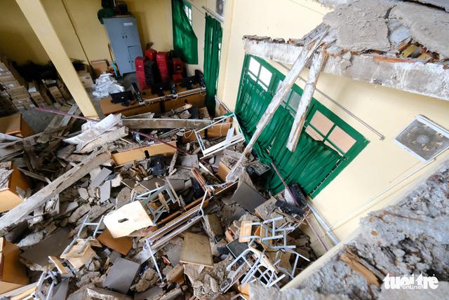 Cảnh cáo hiệu trưởng vụ sập phòng học làm 11 học sinh bị thương - Ảnh 2.