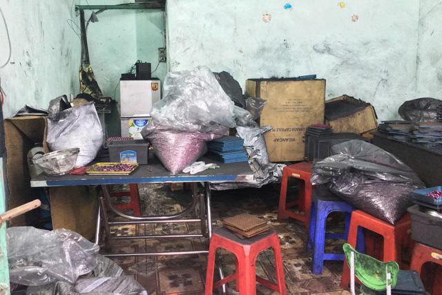 Tịch thu cả tấn hóa mỹ phẩm làm từ... bột than tre - Ảnh 2.