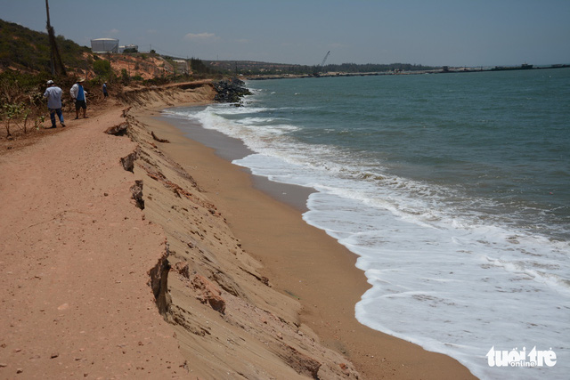 Bình Thuận: Biển ngoạm gần hết đường ven biển - Ảnh 2.