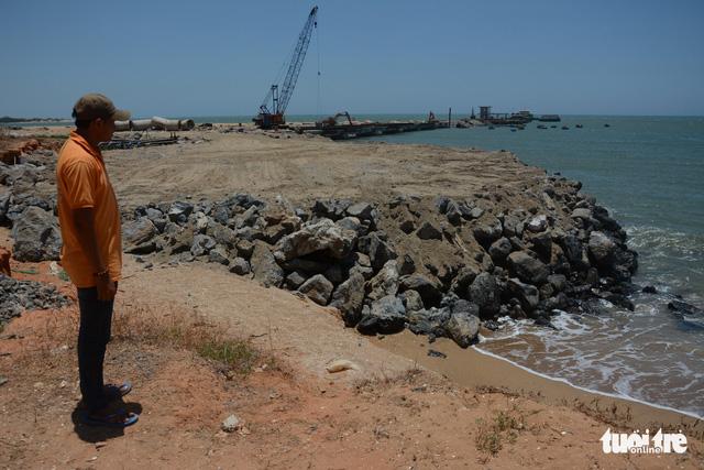Bình Thuận: Biển ngoạm gần hết đường ven biển - Ảnh 3.