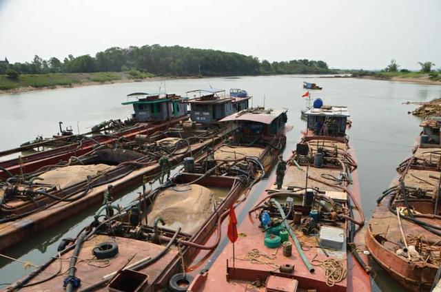 Quảng Ninh bắt giữ 9 tàu hút cát trái phép - Ảnh 2.