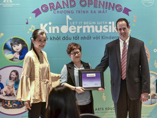 Ca sĩ Triệu Yên là giảng viên đầu tiên của Kindermusik tại Việt Nam - Ảnh 1.