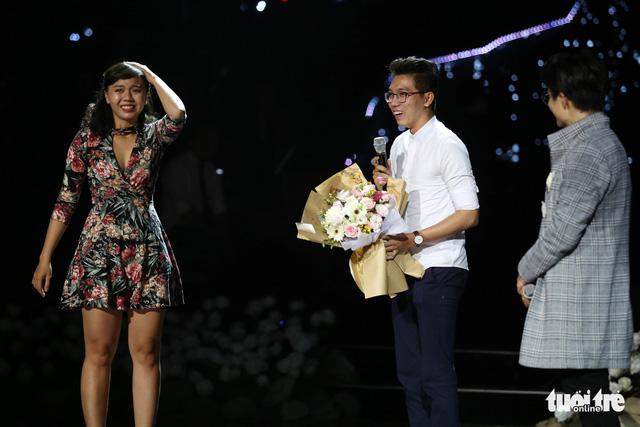 Cựu sinh viên Hoa Sen cầu hôn trong show Hà Anh Tuấn - Ảnh 2.