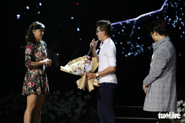 Cựu sinh viên Hoa Sen cầu hôn trong show Hà Anh Tuấn - Ảnh 3.