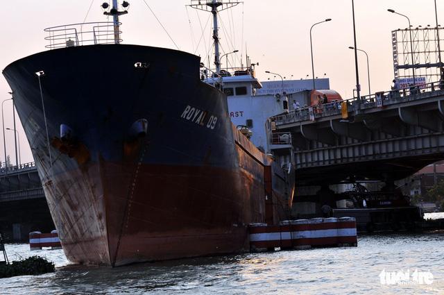 Sự cố đứt neo tàu bất ngờ khiến tàu hàng hải ngàn tấn va vào cầu Đồng Nai