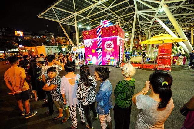 Hộp quà khổng lồ thu hút hàng ngàn người ở Sài Gòn - Ảnh 3.