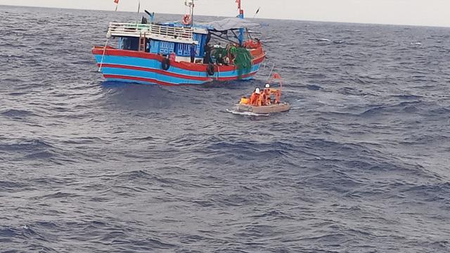 Vớt 4 ngư dân trôi dạt trên biển - ảnh 1
