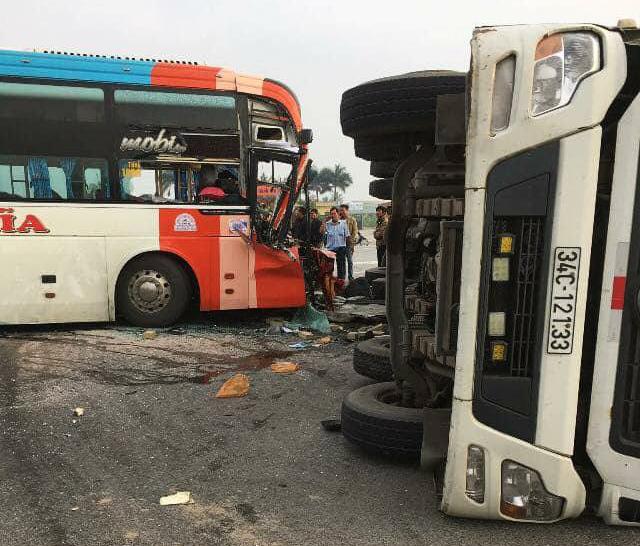 Xe khách húc xe tải lật ngửa, hành khách hoảng loạn đập cửa thoát thân 2