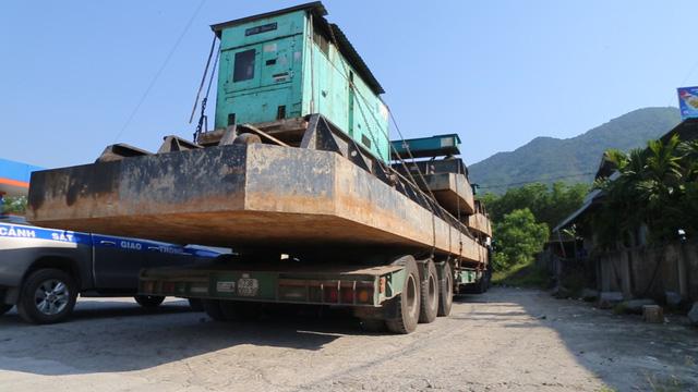 Xe đầu kéo chở hàng siêu khủng bị phạt từ Quảng Ngãi ra đến Huế - Ảnh 2.