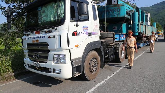 Xe đầu kéo chở hàng siêu khủng bị phạt từ Quảng Ngãi ra đến Huế - Ảnh 1.