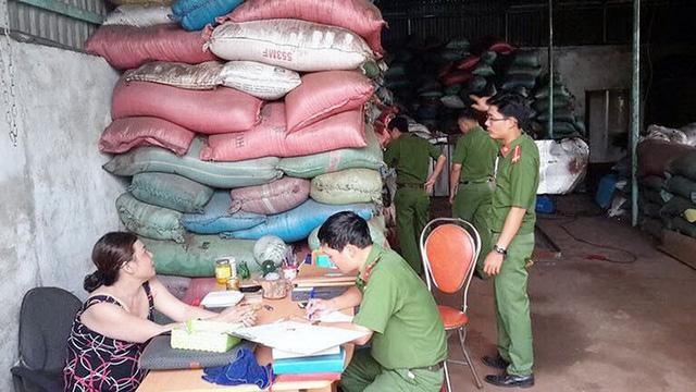 Nhiều tấn sản phẩm từ lò cà phê trộn pin đã ra thị trường - Ảnh 1.