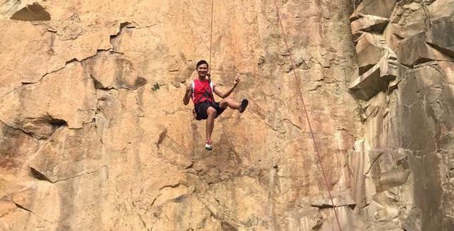 Chàng trai gầy yếu thành chuyên gia đào tạo leo núi - Ảnh 1.