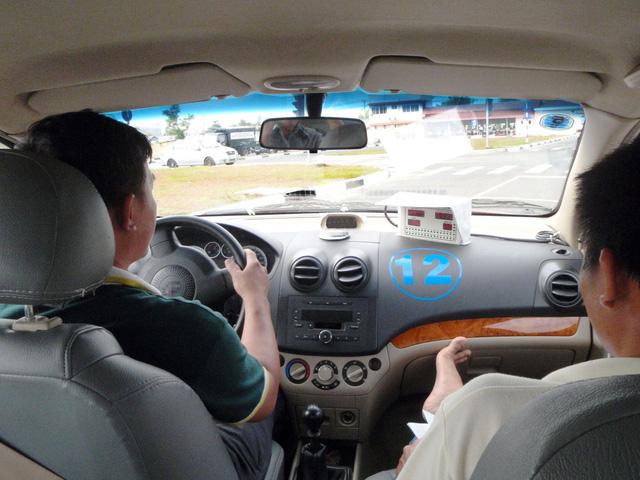 Bát nháo dạy lái ôtô bao đậu nhưng ra đường... không biết gì - Ảnh 1.