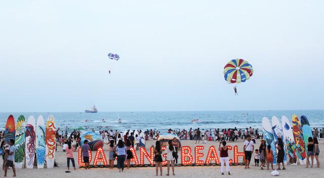 Mùa du lịch biển hút khách dịp lễ 30-4, 1-5 - Ảnh 1.