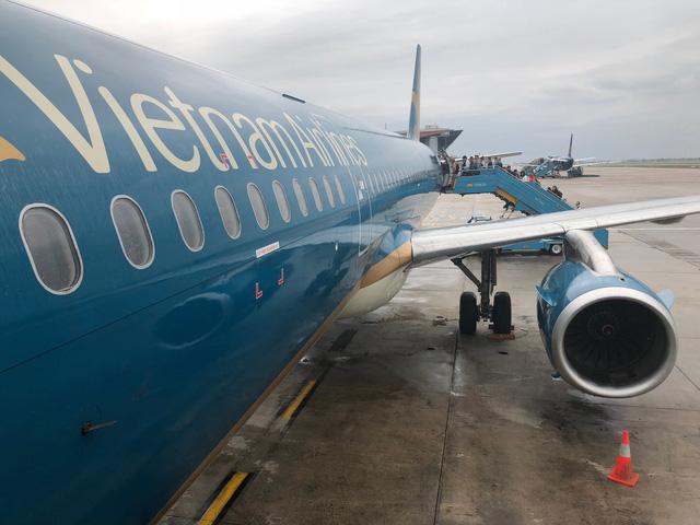 Máy bay Vietnam Airlines hỏng 2 lần, khách vật vờ chờ bay - Ảnh 1.