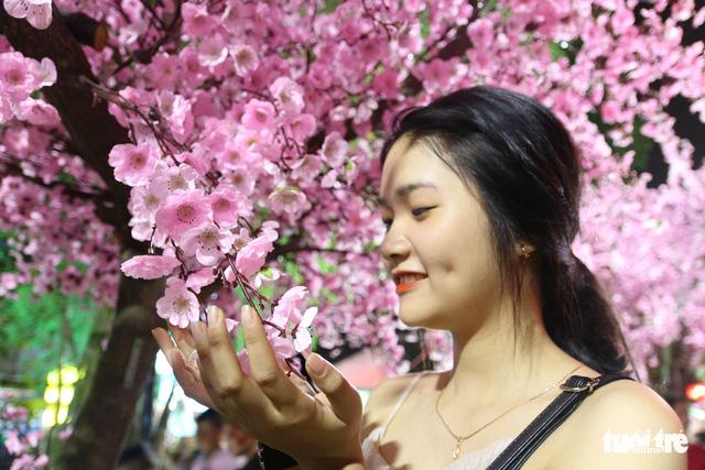 Bạn trẻ Huế thích mê 'check in' vườn hoa anh đào - Ảnh 3.