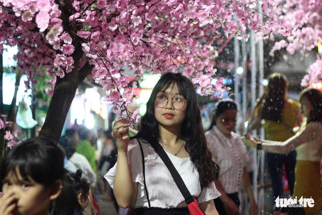 Bạn trẻ Huế thích mê 'check in' vườn hoa anh đào - Ảnh 4.