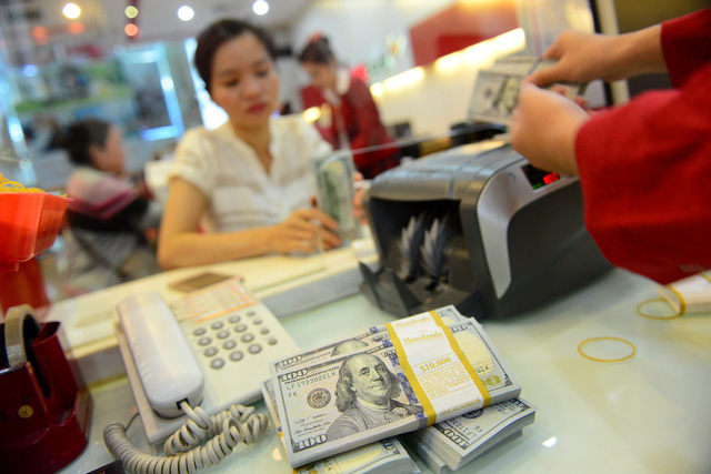 Nhu cầu mua vàng của người dân bất ngờ giảm mạnh, giá USD tự do hạ nhiệt