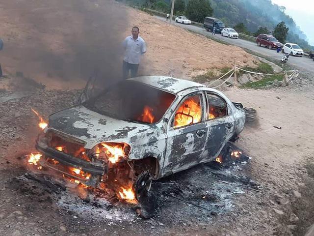 Xe con cháy ngùn ngụt trên đèo Đại Ninh - Ảnh 2.