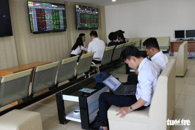 VN Index vượt ngưỡng 1.200 điểm nhờ ngân hàng, chứng khoán - Ảnh 1.
