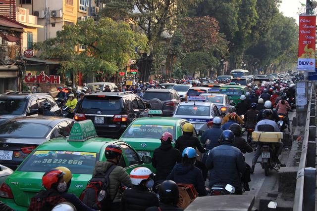 Hà Nội đề xuất thu phí phương tiện vào khu vực ùn tắc - Ảnh 1.