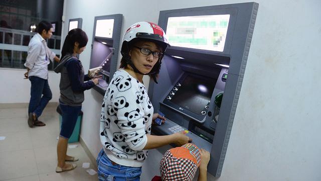 Ngân hàng Nhà nước tạm dừng tăng phí rút tiền ATM đến hết tháng 6
