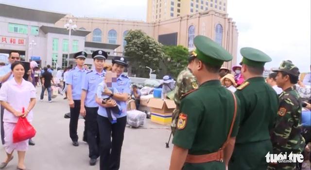 Công an Móng Cái tiếp nhận một bé trai bị bán sang Trung Quốc - Ảnh 1.